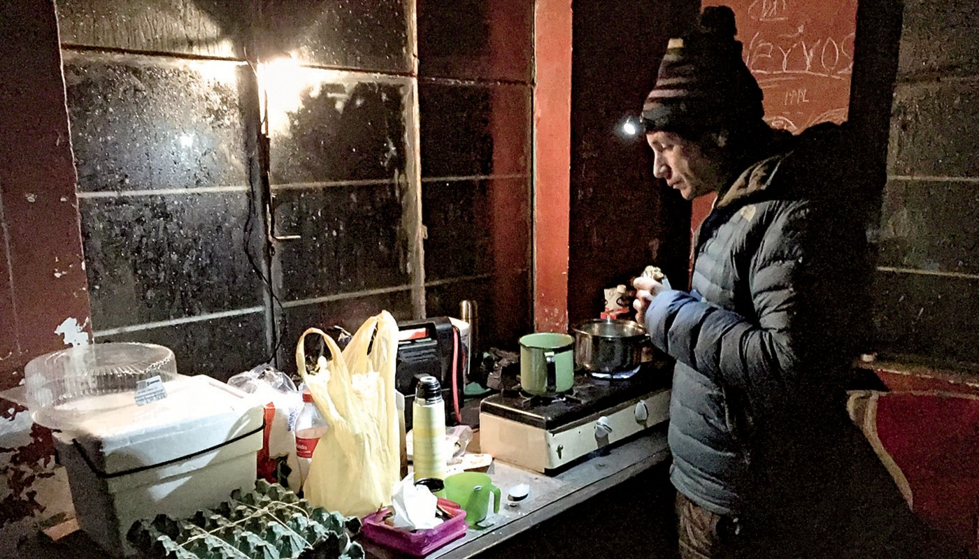 Грэйсон Шафтер готовит завтрак туриста в час ночи. Фото: Caroline Gleich